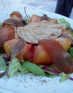 Ensalada de tomate valenciano con ventresca, mojama y anchoas caseras